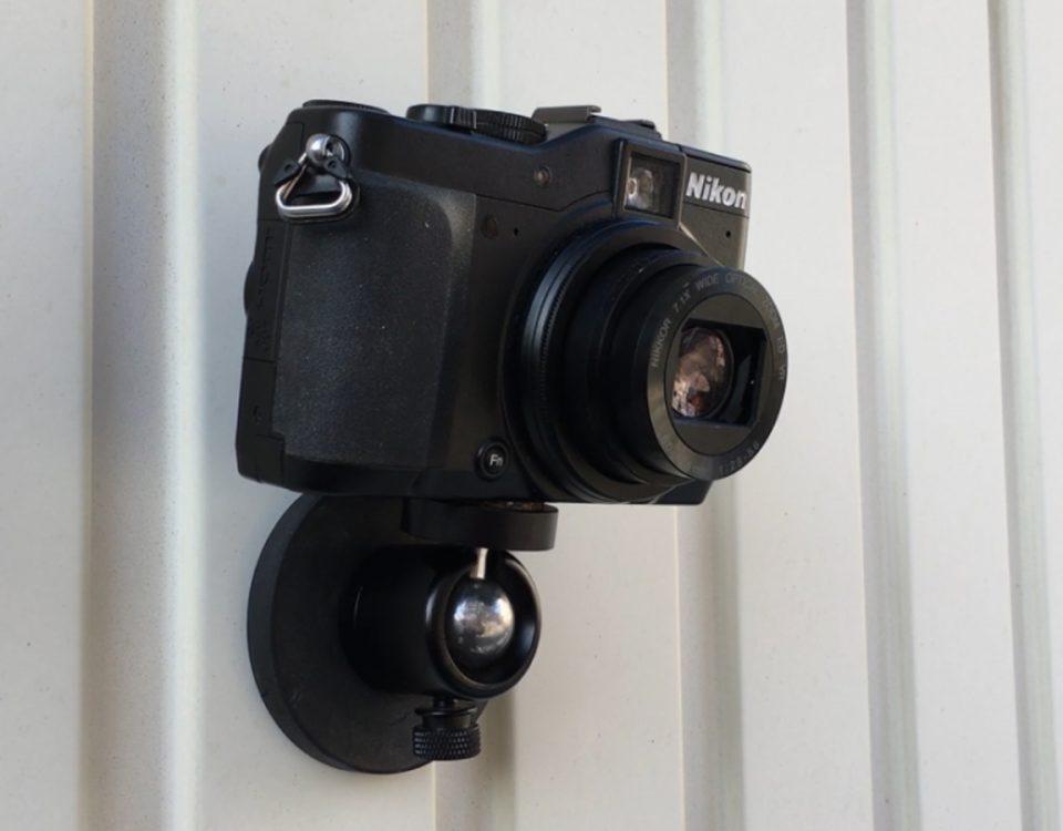 Magnete halten Kamera an Wand fest