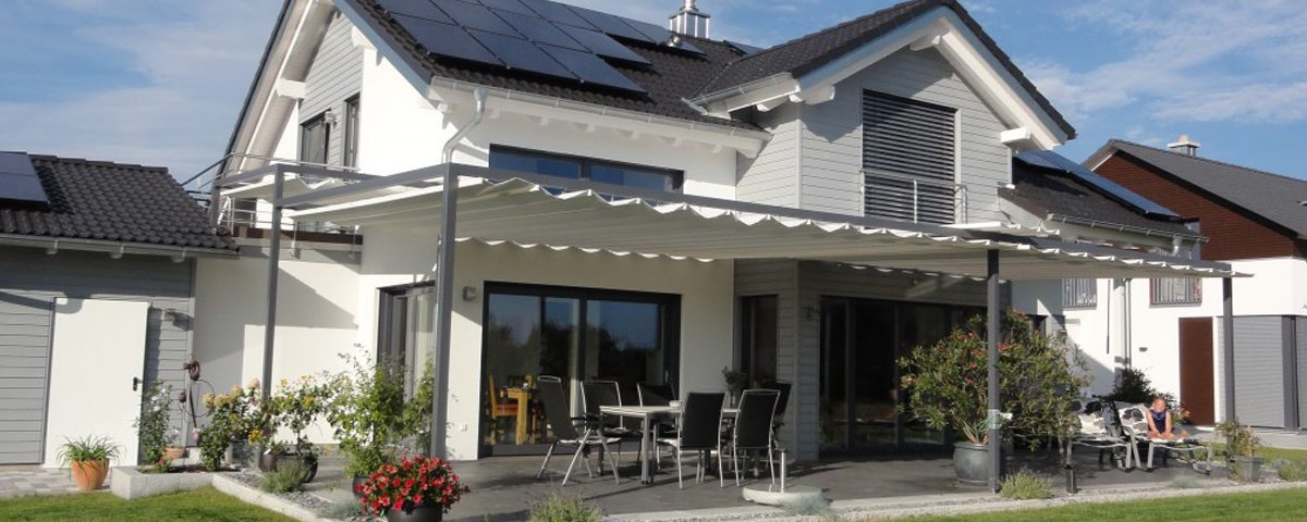 Haus mit Sonnensegel