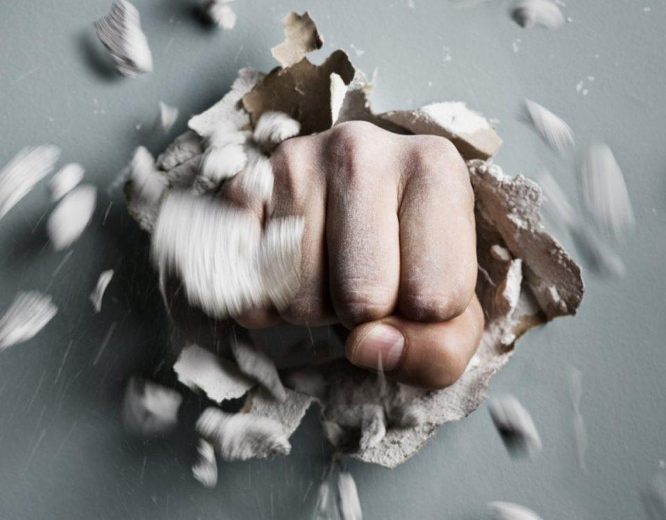 Hand durchschlägt Wand stark wie Magnete