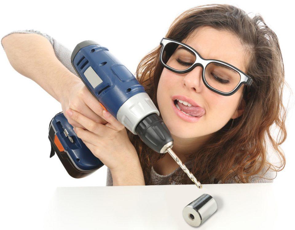 Frau arbeitet mit Magnet