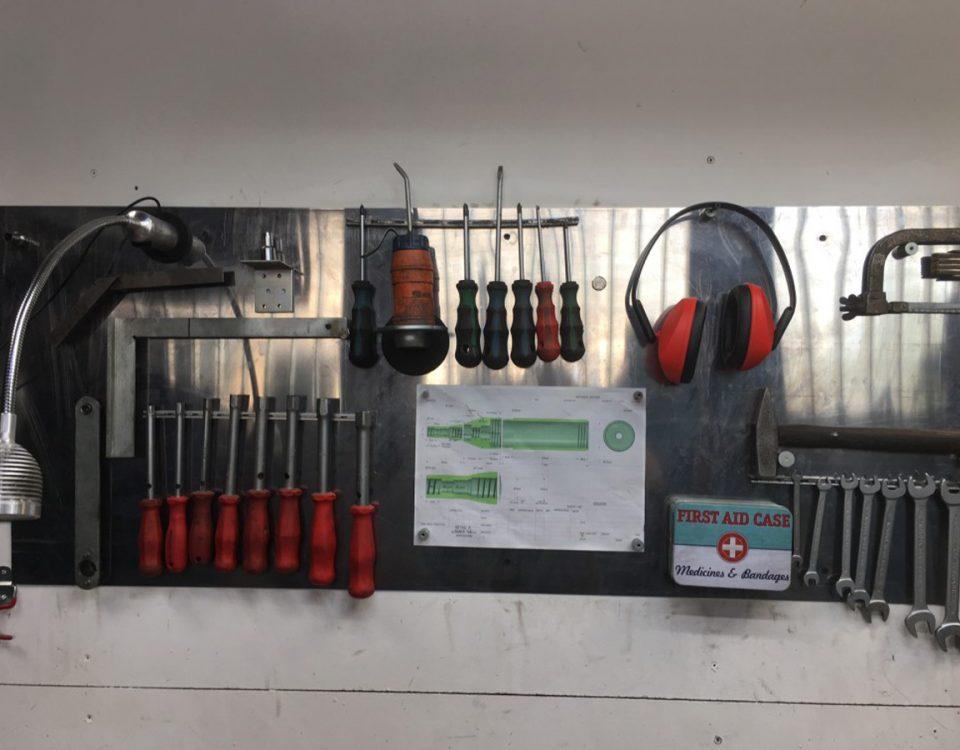 Werkzeugwand im Bergischen Land mit vielen Magneten die für Ordnung sorgen