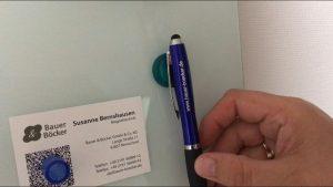 Beidseitig magnetischer Orgamagnet für Glasboards hält einen Kugelschreiber